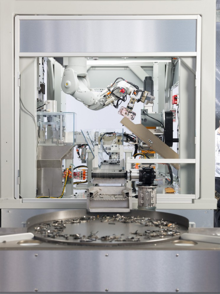 Apple's New Recycling Robot Can Disassemble 200 iPhones Per Hour
