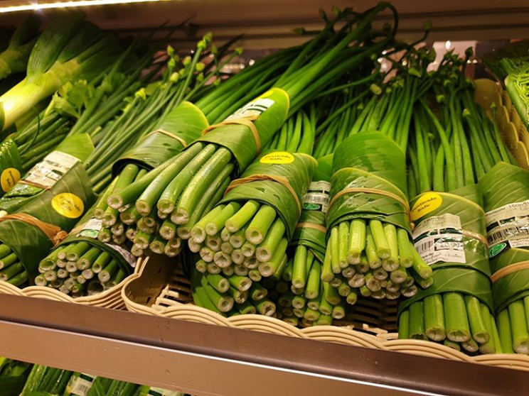 Thai Supermarket Uses Eco-Friendly Banana Leaves for Packaging