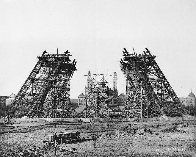 بدايات بناء برج ايفل بمدينة باريس، فرنسا