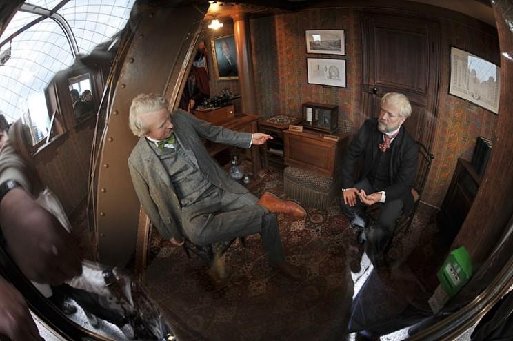 غوستاف يستقبل توماس إديسون في شقته الخاصة ببرج ايفل، باريس