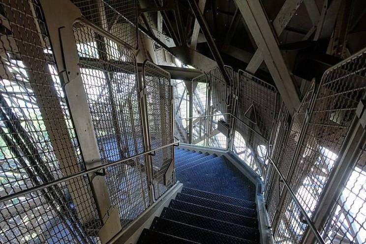 درج الصعود إلى قمة برج ايفل، باريس، فرنسا