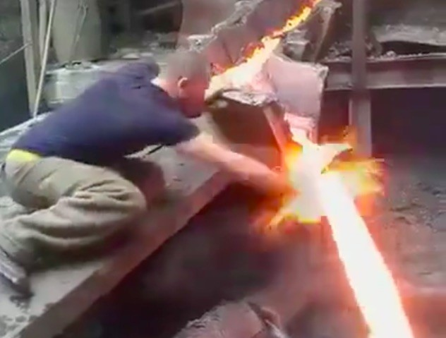 This Man Puts His Bare Hand Through Molten Metal Without Being Burned