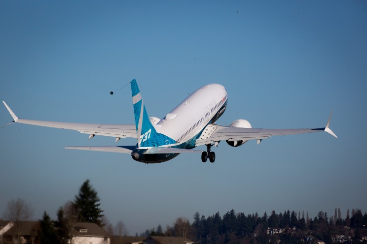 Boeing 737 Jet Performs an Impossible Near-vertical Takeoff