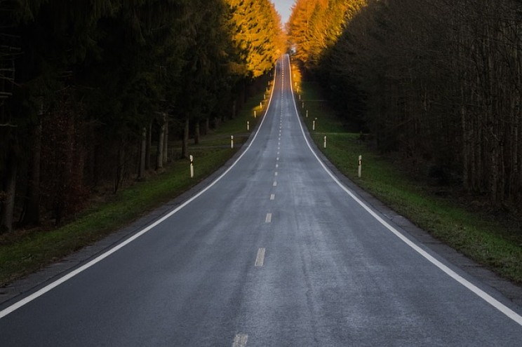 The Interesting Reason Behind Why Some Road Lines Are White and Others Are Yellow