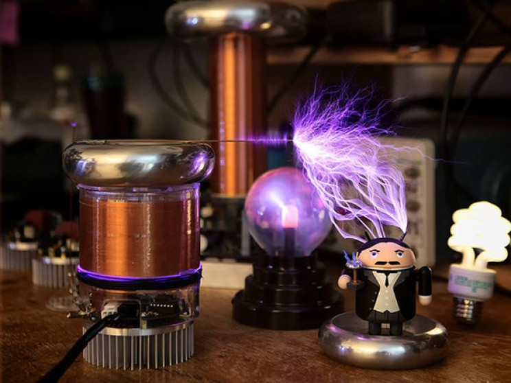 Amaze your friends with this Tiny Tesla Coil