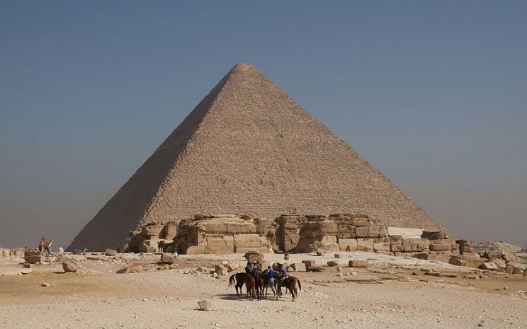 A 4,500 Year Old Papyrus Holds the Answer to How the Great Pyramid Was Built