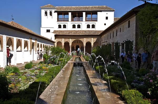 Patio-de-la-Acequia-y-Residencia-de-Verano-del-generalife