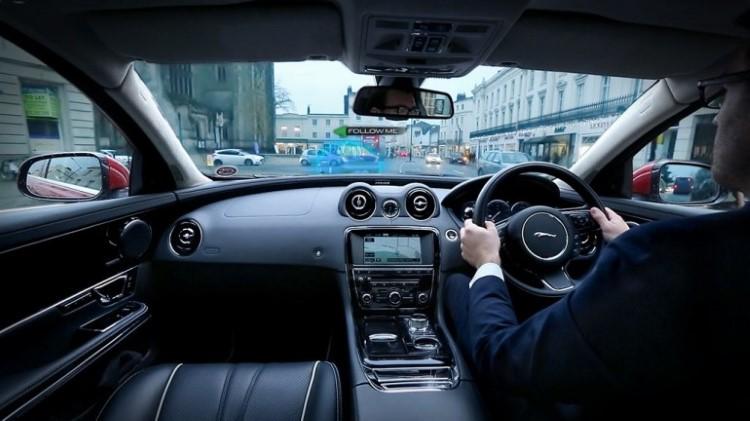 jaguar-land-rover-360-virtual-urban-windscreen-follow-me-ghost-car-nav-1