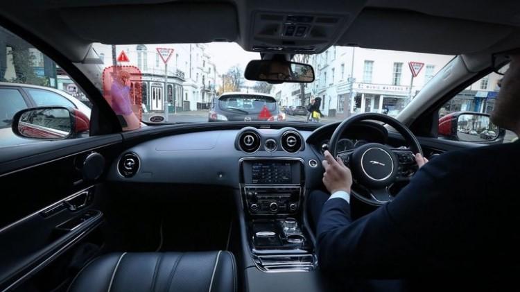 jaguar-land-rover-360-virtual-urban-windscreen-follow-me-ghost-car-nav-3