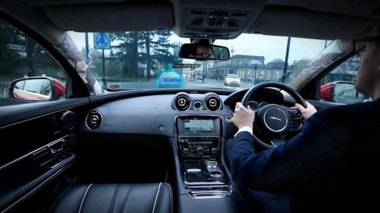 jaguar-land-rover-360-virtual-urban-windscreen-follow-me-ghost-car-nav