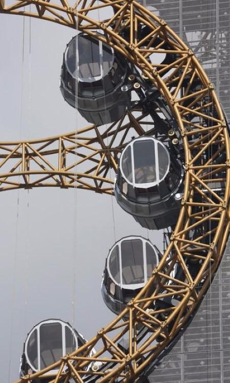 studio-city-macau-golden-reel-figure-eight-ferris-wheel-5