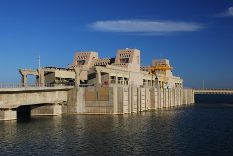 Mubarak_Pumping_Station_on_Lake_Nasser