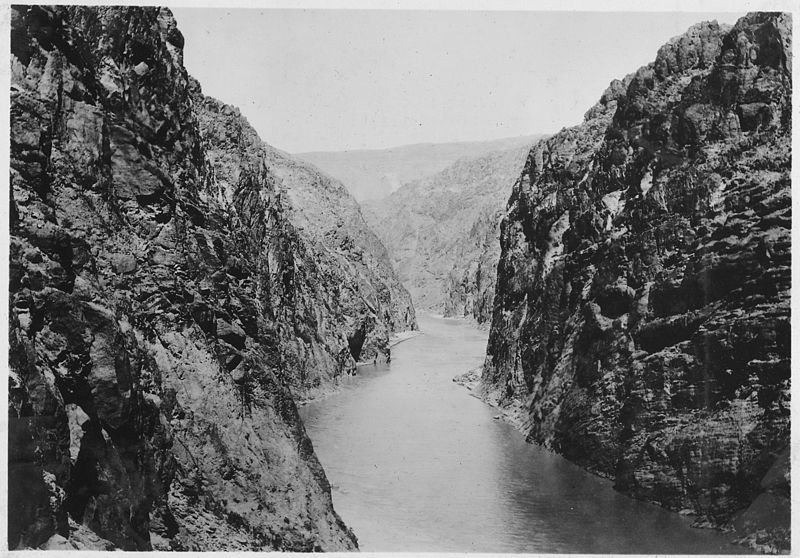 Looking_upstream_through_Black_Canyon_toward_Hoover_Damsite._View_showing_condition_of_canyon_prior_to_inauguration..._-_NARA_-_293792