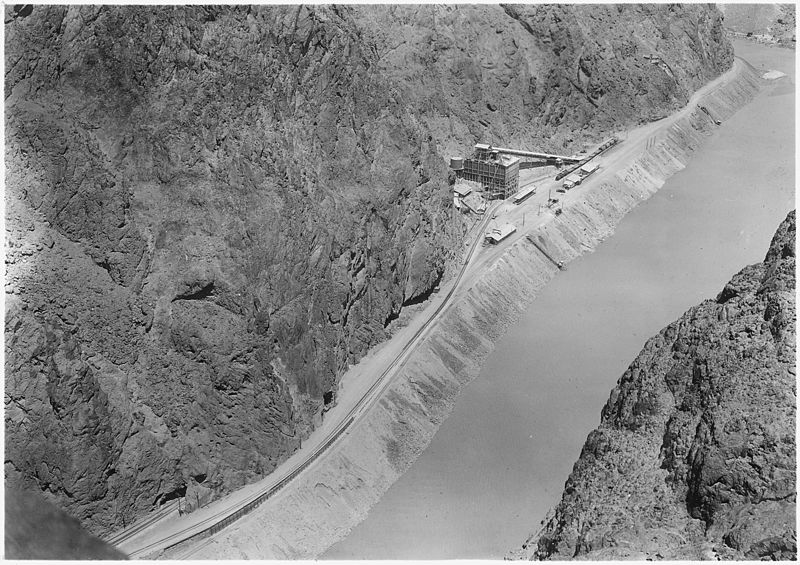 Low_level_concrete_mixing_plant_as_seen_from_point_on_Arizona_canyon_rim._Earth_embankment_carries_elevation_720..._-_NARA_-_293936