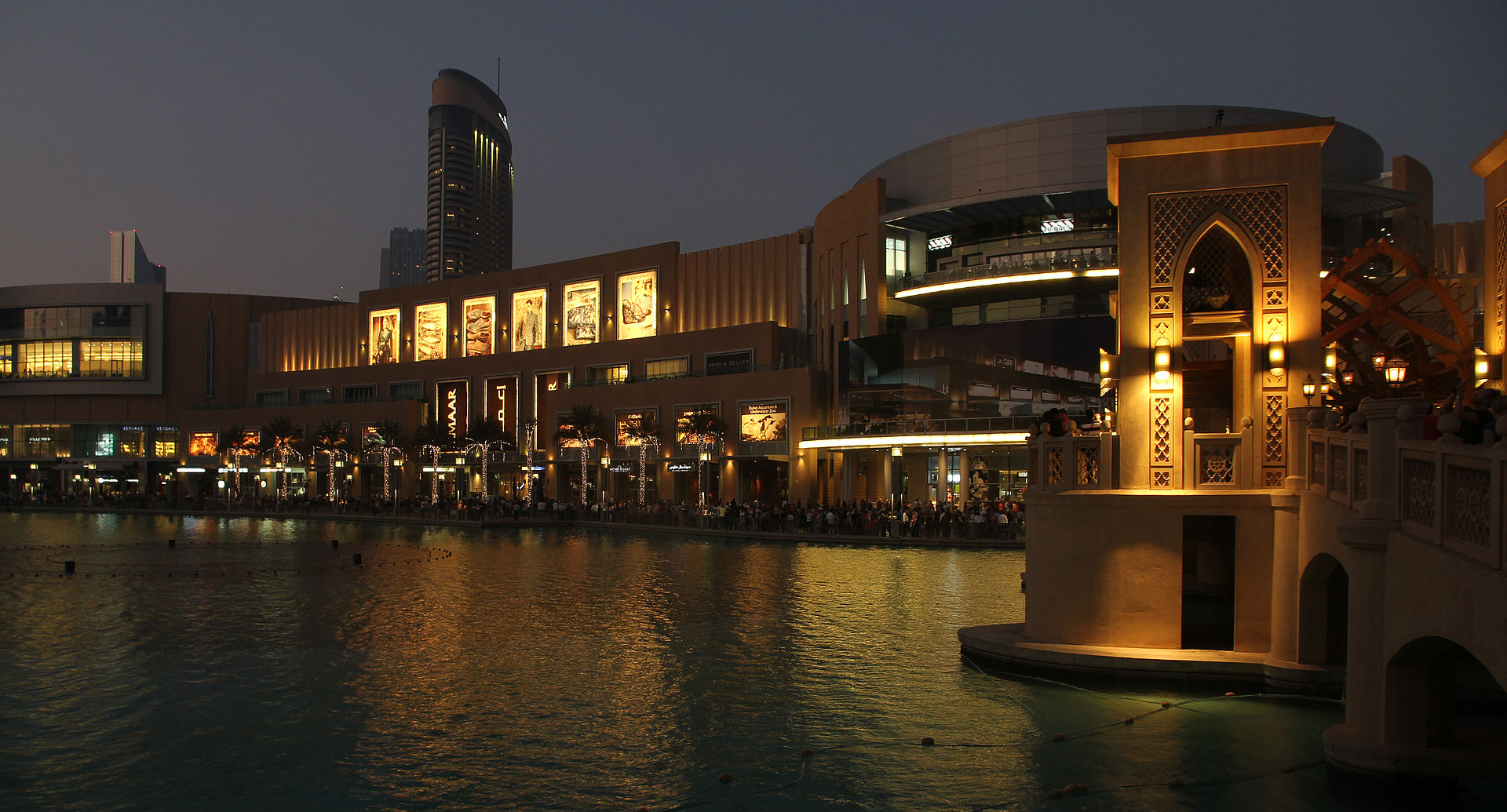 (UAE)_The_Dubai_Fountain_at_Dusk_01