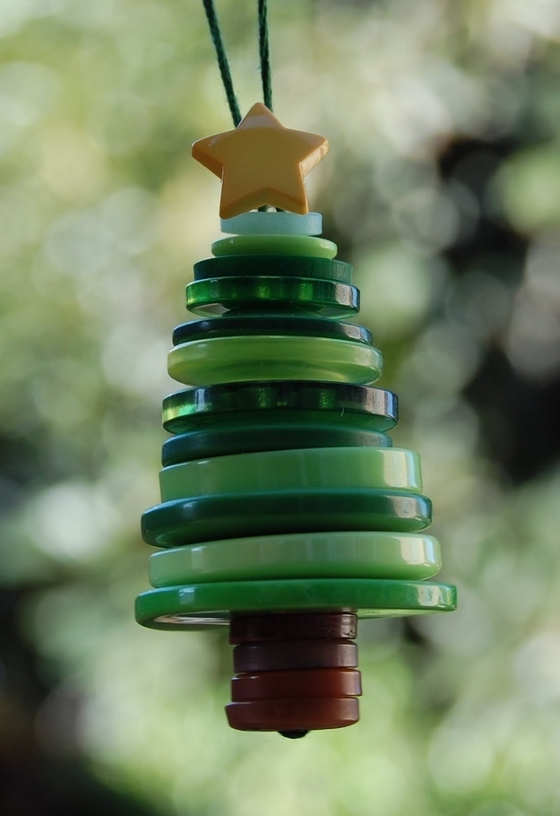 12-button-christmas-tree