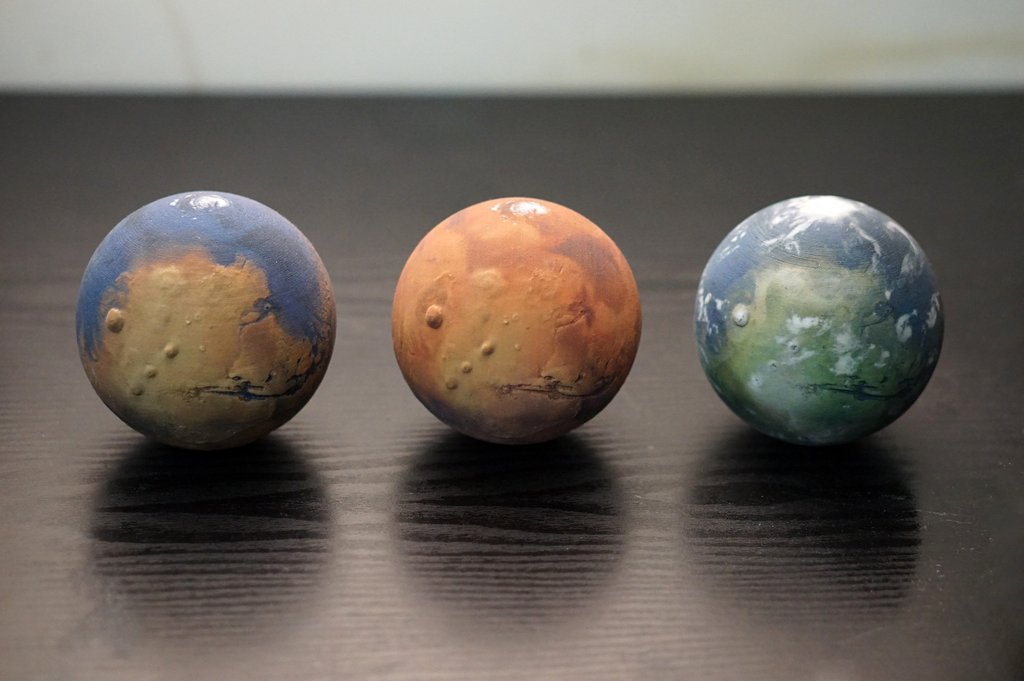 The three evolutionary stage of Mars has been 3D printed into small globes