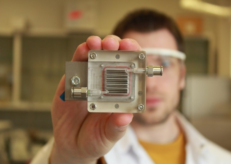 This Tiny Device Can Convert Polluted Air Into Hydrogen Fuel