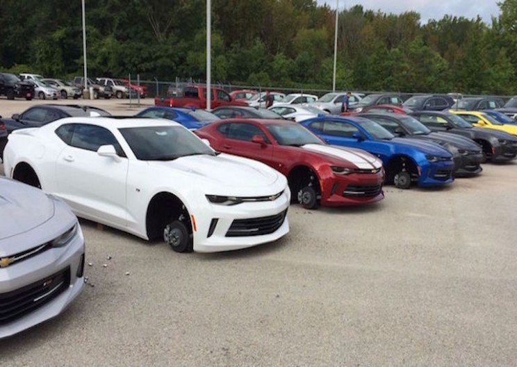 Professional Thieves Steal All the Wheels Off of Cars in Texas Dealership