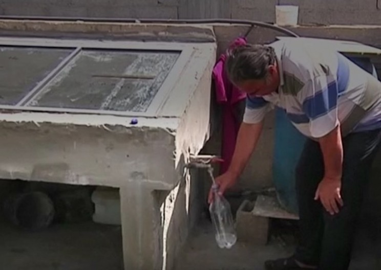 Gaza Man Uses Self-Built Solar Desalination Machine to Purify Water