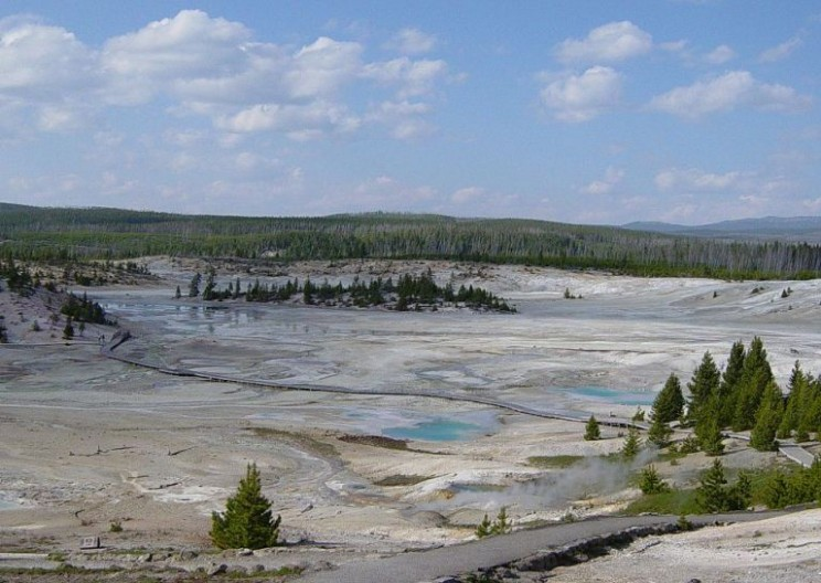 Man Dies in Acidic 'Hot Pot' at Yellowstone National Park