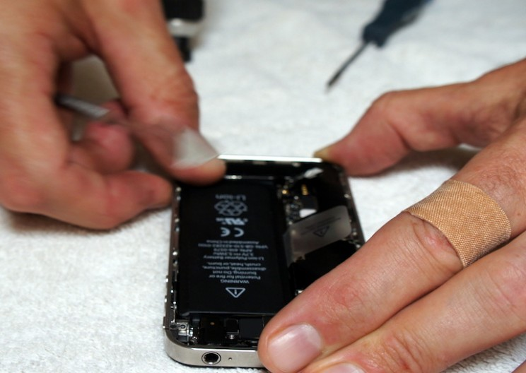 Smartphone Battery Developed by MIT Grad Could Double Battery Life