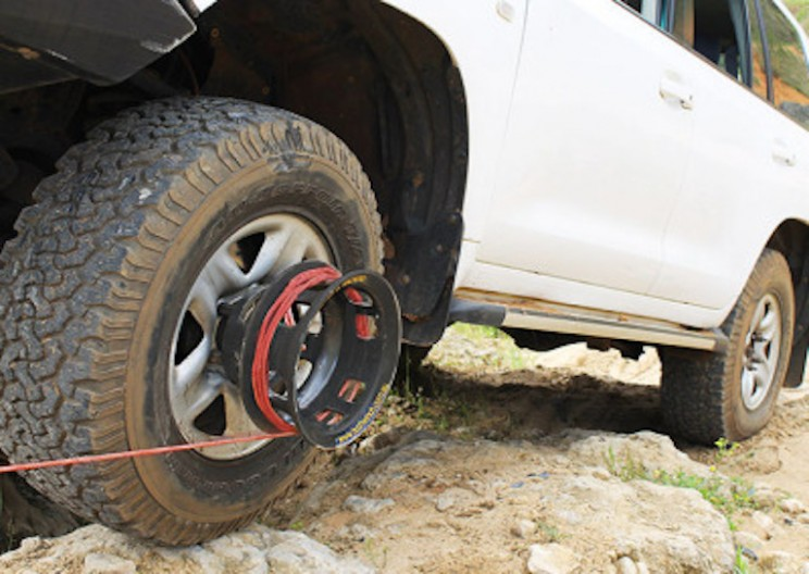 Detachable Wheel Winch Helps Get Your Car Unstuck