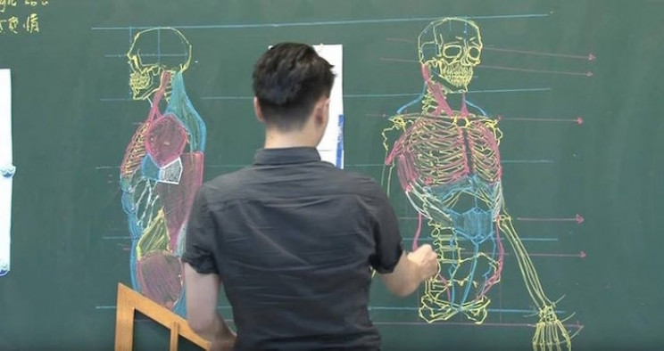 This Taiwanese Lecturer Draws Stunning Anatomical Drawings on the Chalkboard