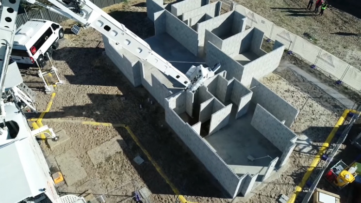 Bricklayer Robot Lays Walls of a House in Three and a Half Regular Shifts