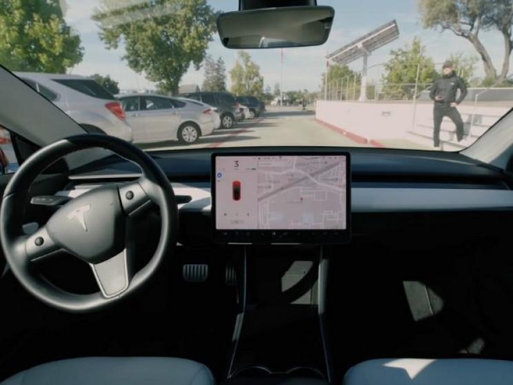 Tesla Owner Finds Clever Solution for Smart Summon Problem