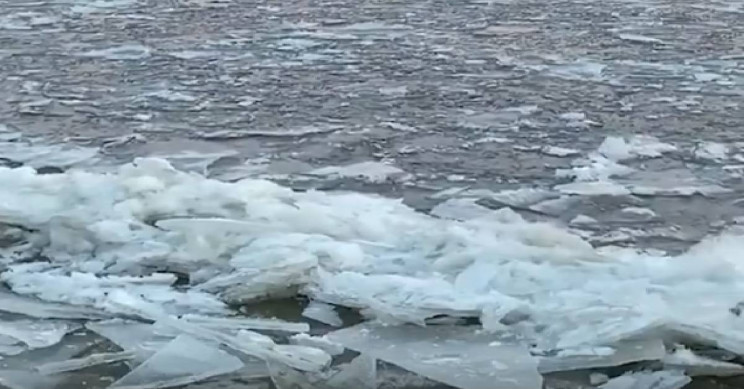 Frozen Connecticut River Elegantly Sends Chunks of Ice Downstream