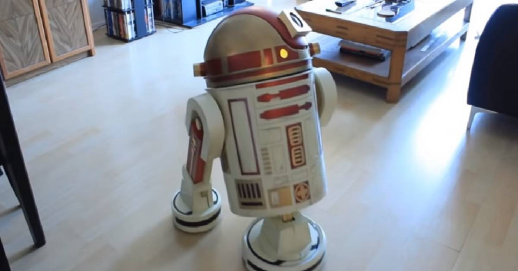 Resourceful Guy Turns His Vacuum Into an R2-D2 Robot