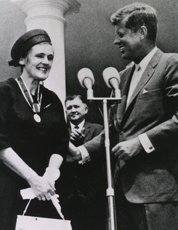 Frances Oldham Kelsey receiving award