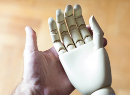 World's First Neuroprosthetic Uses AI and Human Control to Create Hand Movements
