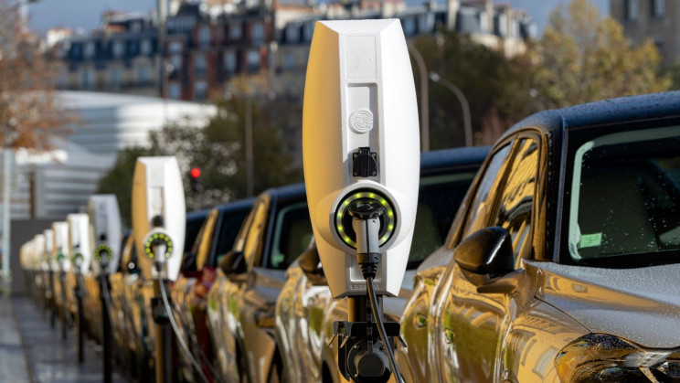 Are Electric Vehicles or Internal Combustion Cars More Expensive to Maintain?