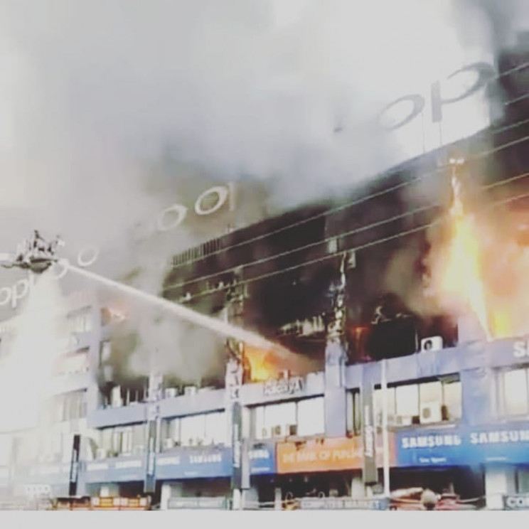 Huge fire guts several shops at Lahore's Hafeez Center