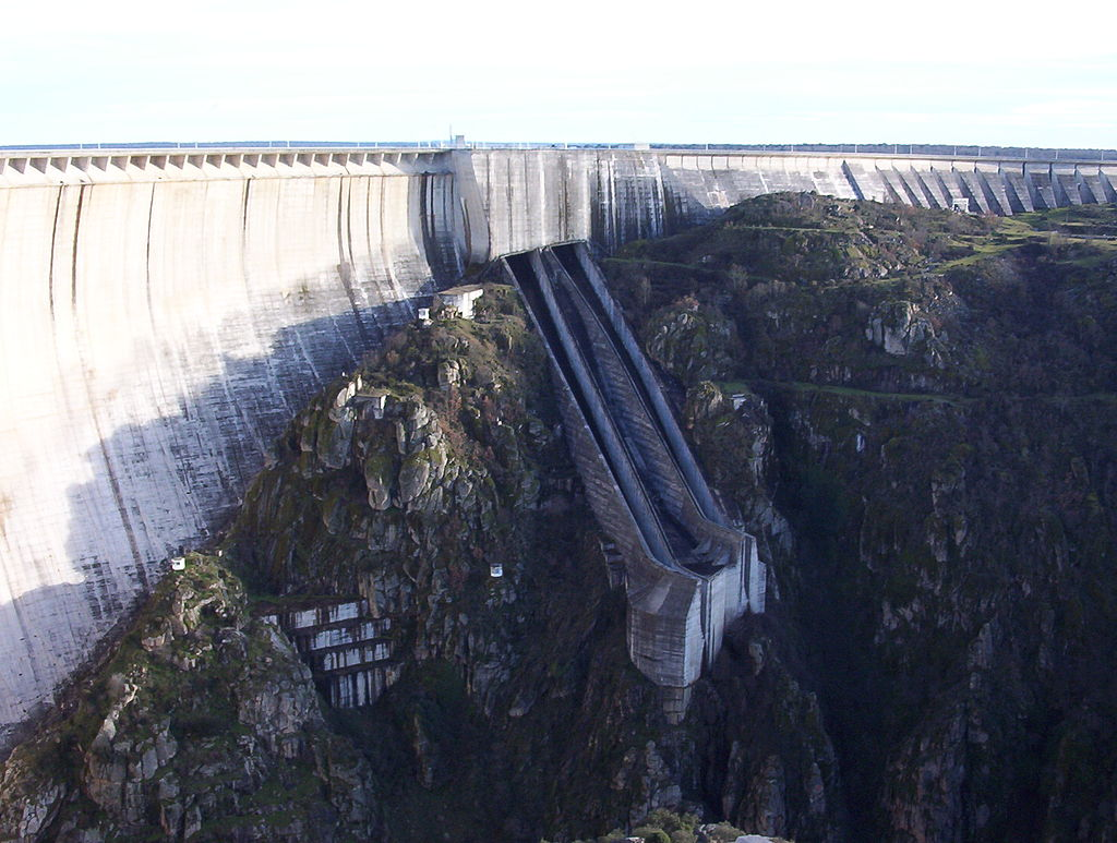 Almendra dam in Salamanca, Spain dispersing water